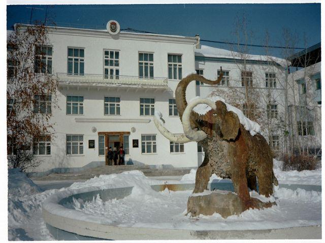 永久凍土研究所 共同研究をおこなっている,ヤクーツク永久凍土研究所です。マンモスの像が誇らしげで